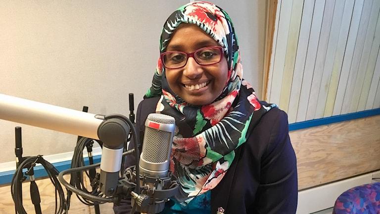 Fatumo Osman sitter vid mikrofonen i radiohuset i Falun.