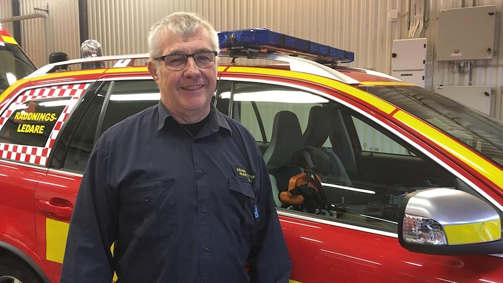 Räddningchef framför en brandbil