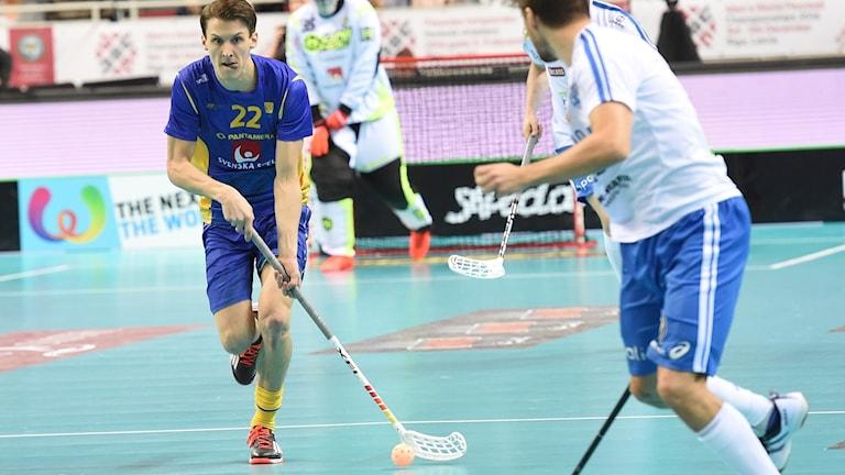 IBF Faluns landslagsspelare Emil Johansson med tungan rätt i mun.