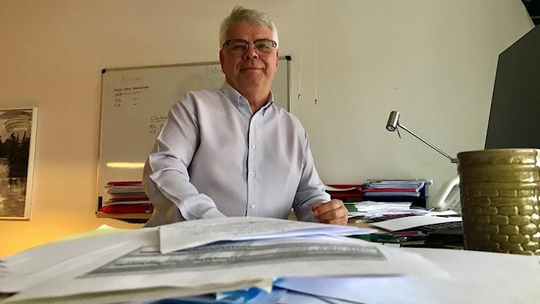 Göran Carlsson bakom sitt skrivbord.