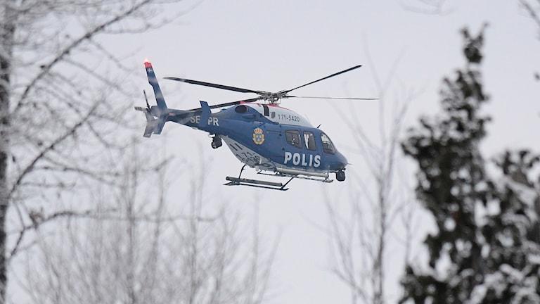 Polisens helikopter under en sökinsats.