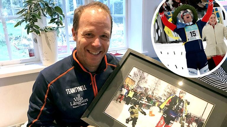 Daniel Tynell håller i en tavla med ett foto på när han vann Vasaloppet. Även infälld bild på när han vann Vasaloppet.