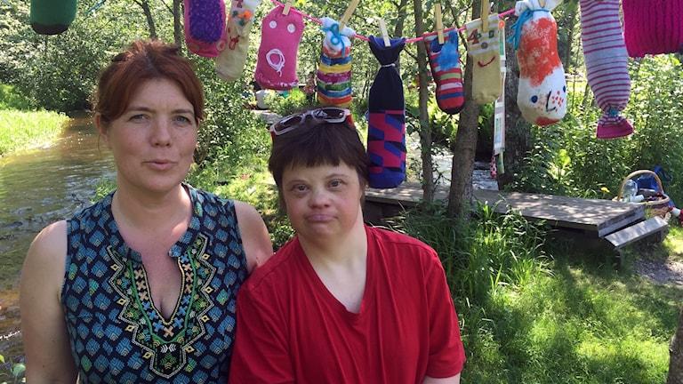 Åsa Karner och Sara Granström vid konstutställningen i Säterdalen.