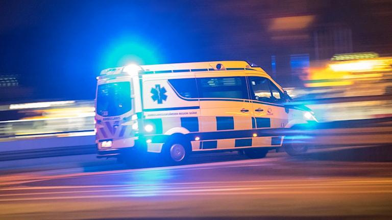 En ambulans i mörkret.