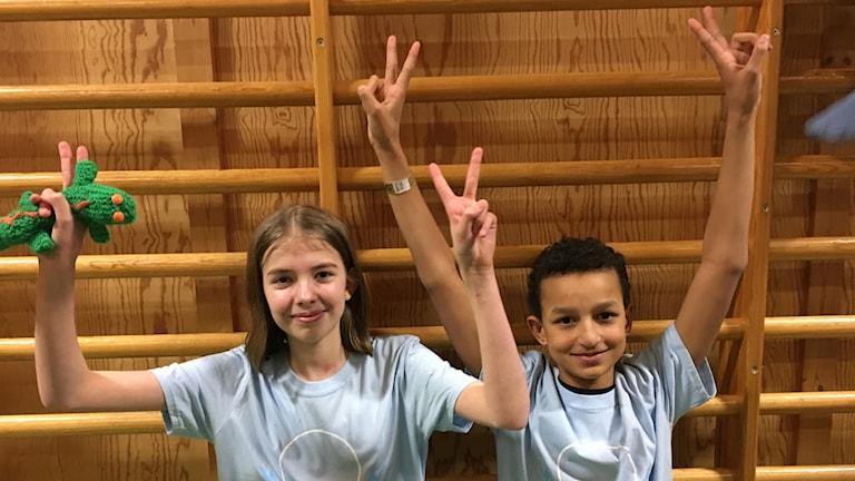 glada barn som vunnit vi i femman står i gymnasiksal