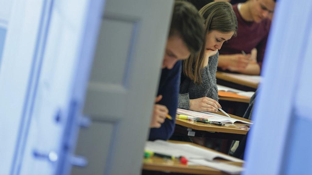 Elever som skriver ett prov.