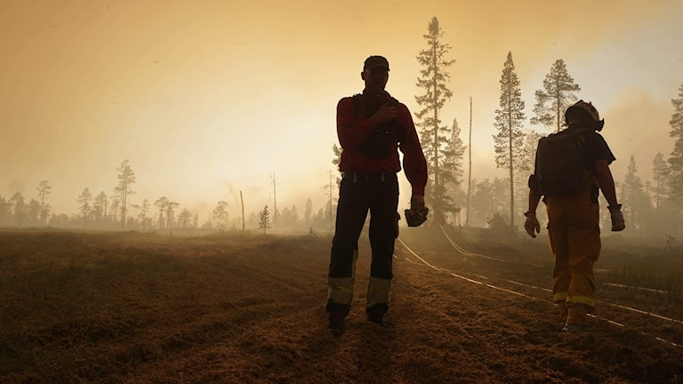 Två personer i brandområdet vid skogsbranden norr om Trängslet.
