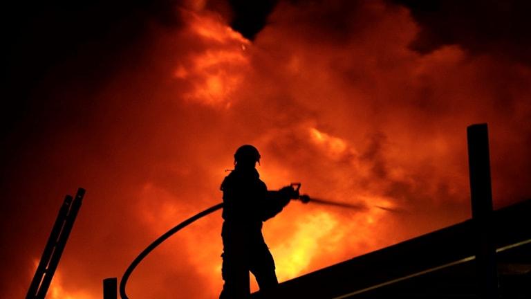 en brandman på ett tak