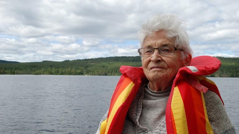 Inga-Britt Peterson med flytväst vid en sjö.