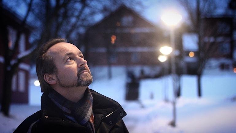 Driftschefen Kenneth Ahlström under några av gatlyktorna som nu lyser med ledlampor.