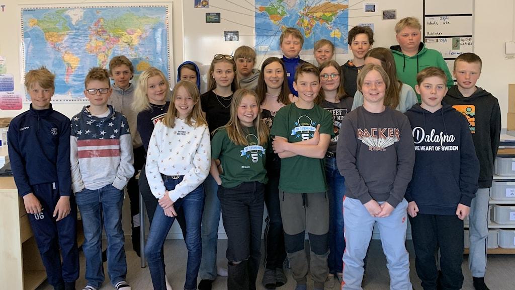 Klass 5 på Ullvi skola i Leksand i klassrummet efter att ha vunnit dalafinalen av Vi i Femman.