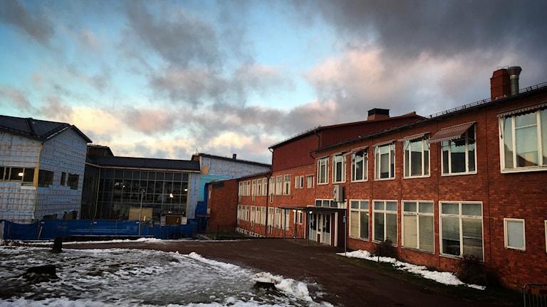Nu riktas kritik mot situationen på Älvdalsskolan från flera håll. På bilden den nya skolbyggnaden som står färdig nästa år och den nuvarande.