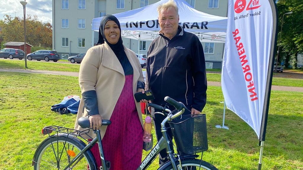 Mahima Ali och Hans Moberg står bakom en cykel.