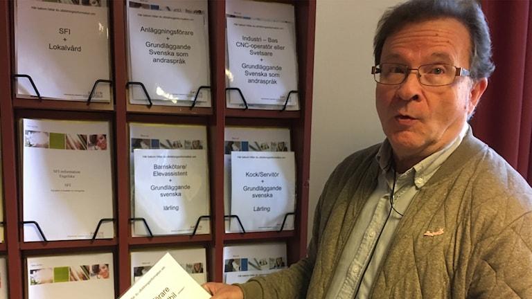Jan Sundqvist och broschyrer på Arbetsförmedlingen