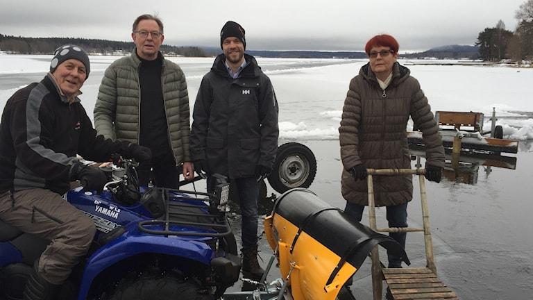 Bosse Nygren, Eilert Larsson, Thomas Israels och, Yvonne Torp på plats vid isbanan på Vikasjön.