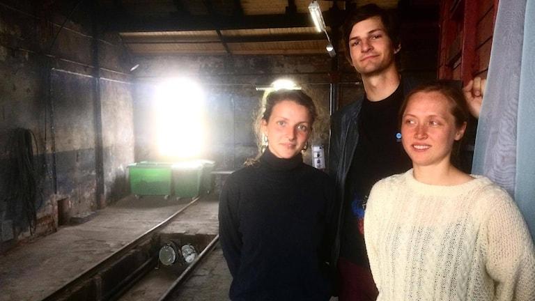 Daniella Eriksson, arrangör av dansfestivalen ARE YOU KIDDING i Falun, tillsammans med två av artisterna.