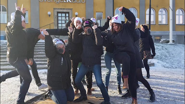 P4 Dalarnas medarbetare utanför radiohuset i Falun