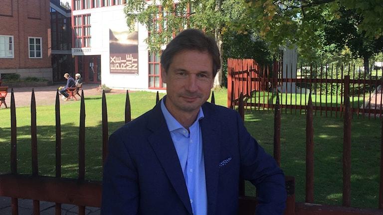 Johan Cederlund på Zornmuséet står framför ett staket.