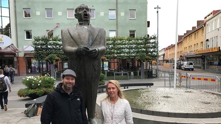 Jussi Björling, staty, Rikard Rudolfsson, vänsterpartistisk ordförande i Kulturnämnden i Borlänge, Borlänge-bon Karin Diffner.