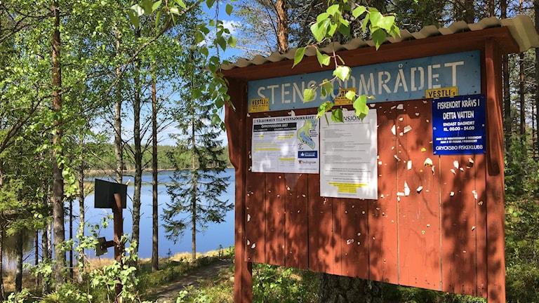 stensjön, sjö, skog och informationsskylt