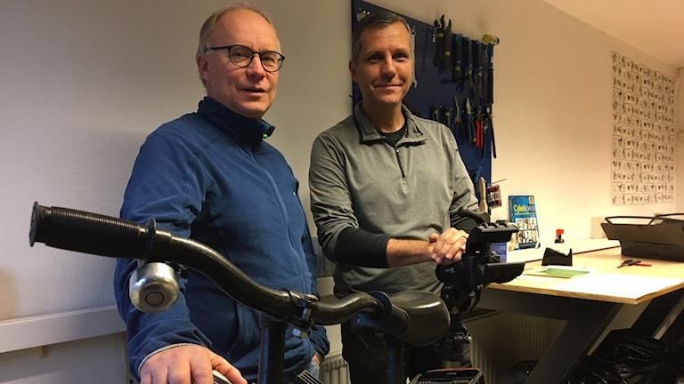 Mats Stenström och Joao Preichardt bredvid en cykel