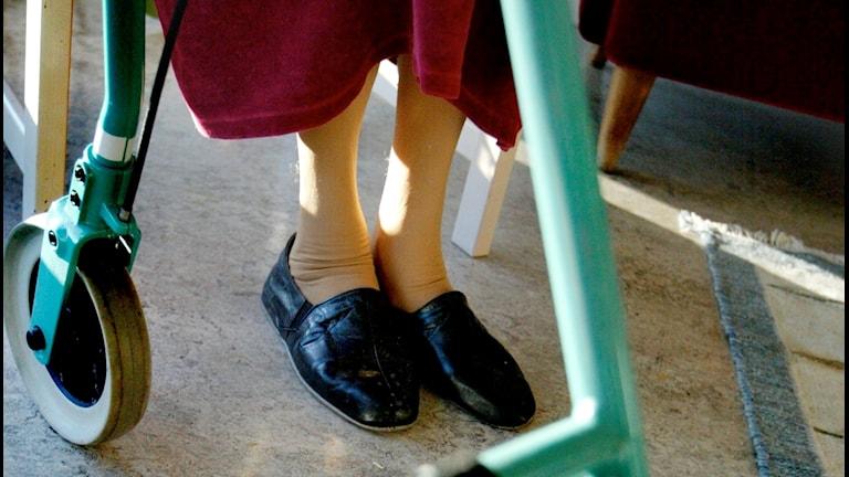 en äldre kvinnans fötter