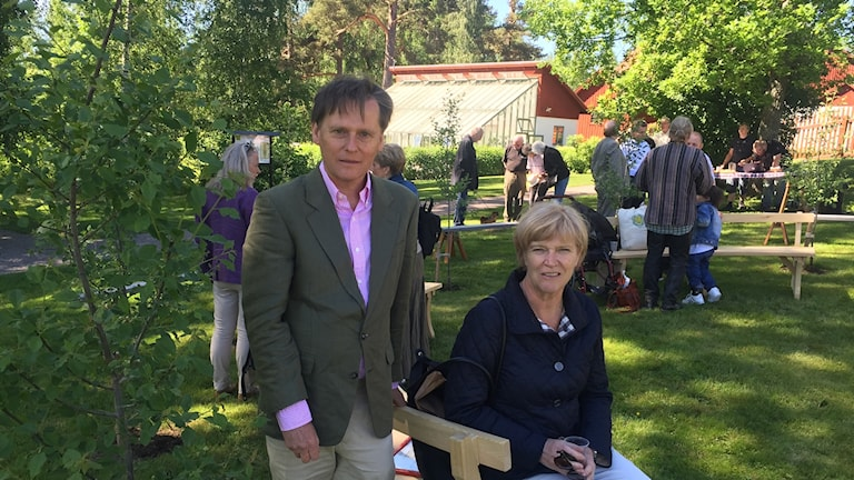 Olle Lind, antikvarie vid Länsstyrelsen Dalarna, och  förra landshövdingen i Dalarna Maria Norrfalk, vid invigningen av Krikonlunden i Gamla Staberg.