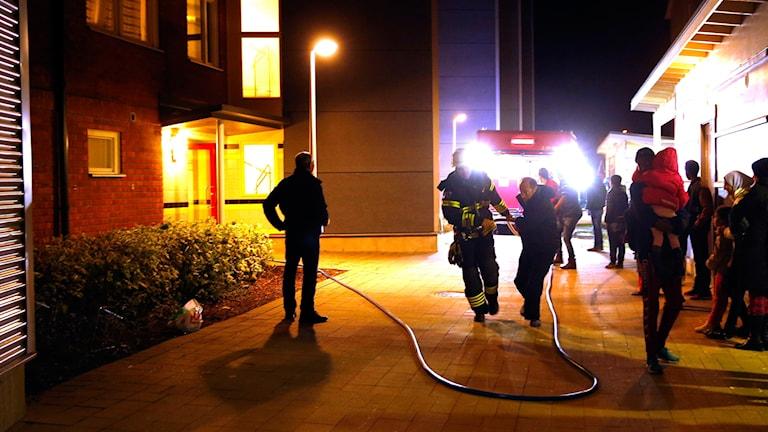 Personer utryms efter en misstänkt anlagd brand på Betesgatan i Borlänge.