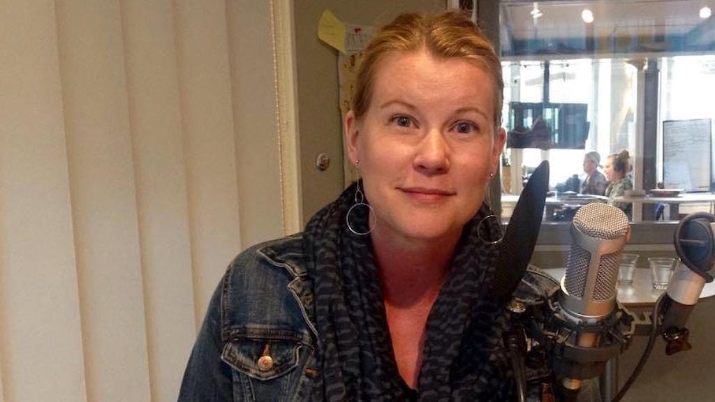 Musikern Dotty Blue, Erika Iljero, på plats i P4 Dalarnas studio