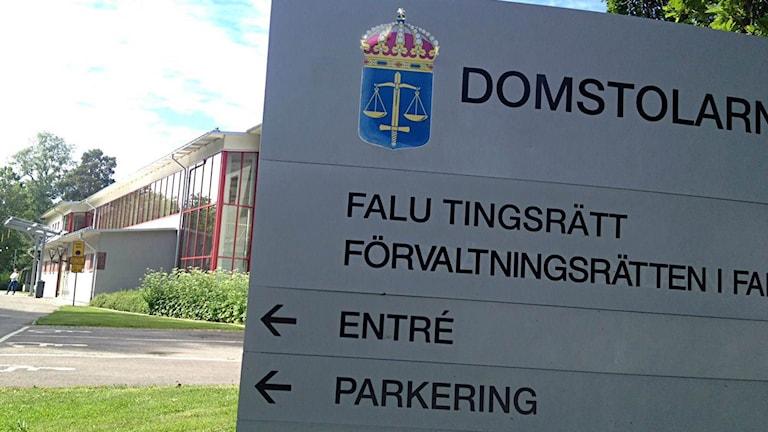 Bilden visar skyltar utanför Falu tingsrätt.
