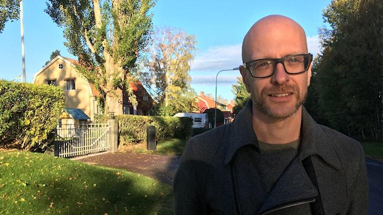 Krister Andersson på en gata i Falun med villor i bakgrunden