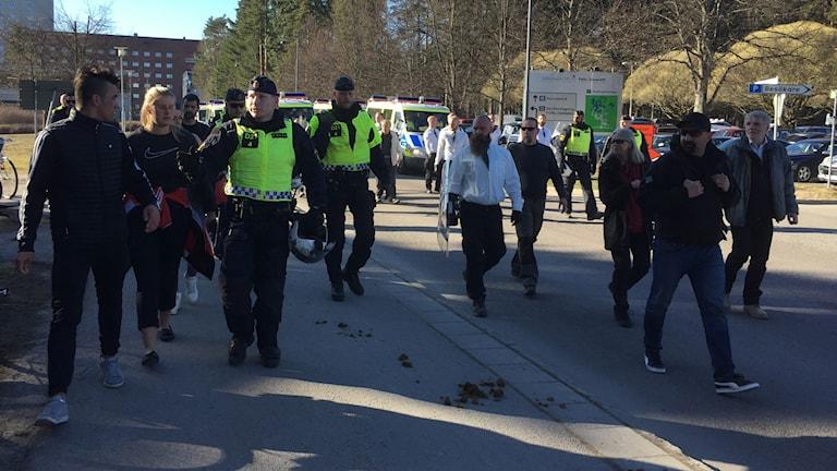 Poliser, NMR:medlemmar och motdemonstranter