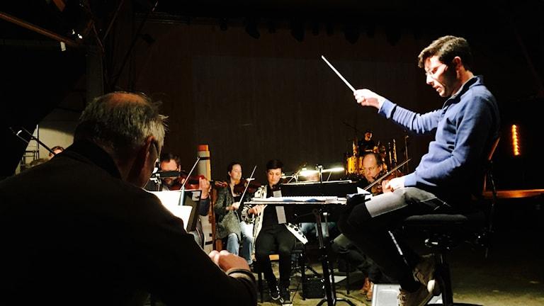 Störning pågår, dirigent Christian Karlsen på bilden