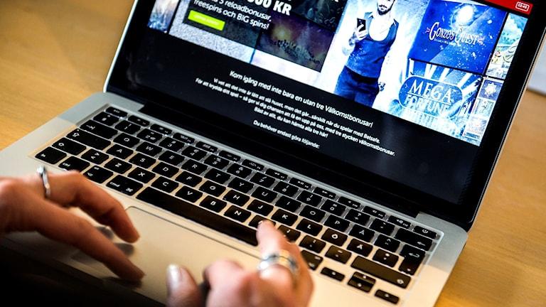 En person spelar på nätcasino