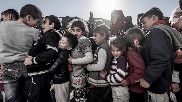 Ett gäng barn på ett grekiskt flyktingläger.