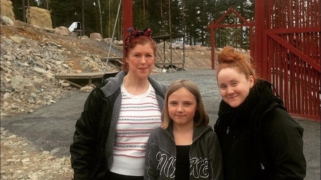 Regissören Johanna Huss tillsammans med skådespelarna Hanna Vikberg och Mala Kyndel på spelplatsen vid Lugnet