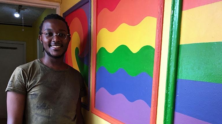 Brian Macharia fick som 17-åring berätta för sin mamma att han var homosexuell. Han mamma ringer polisen för att lära honom en läxa.