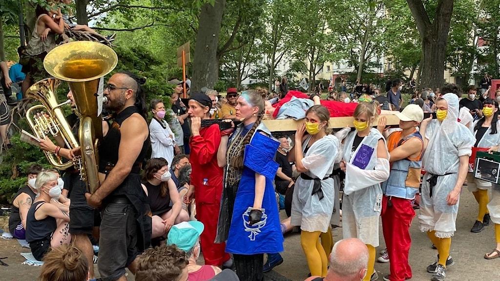 Människor spelandes i protestoperan.