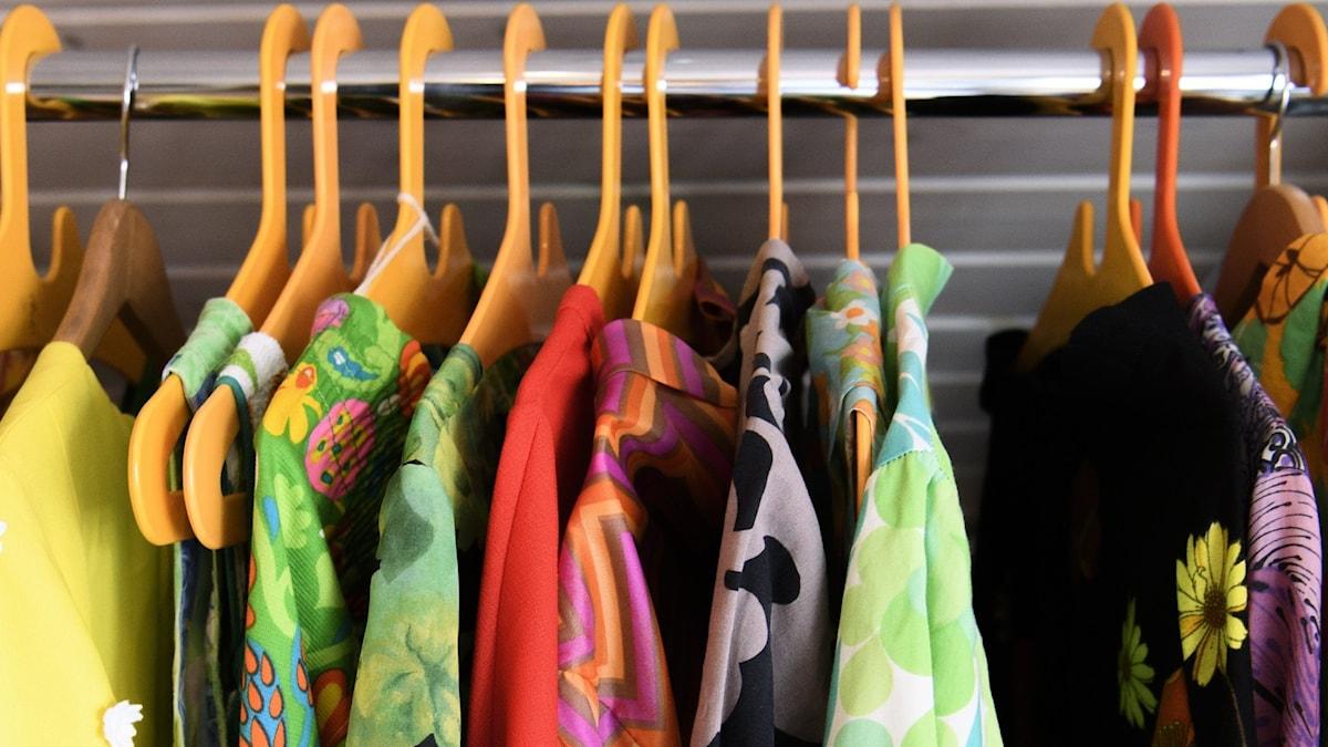 Kläder som hänger på en ställning.