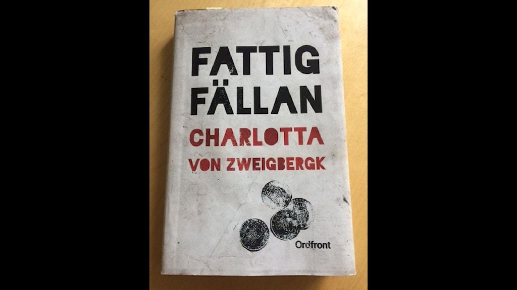 """Författaren Charlotta von Zweigbergks bok """"Fattigfällan"""". Foto: Susanna Einerstam/Sveriges Radio"""