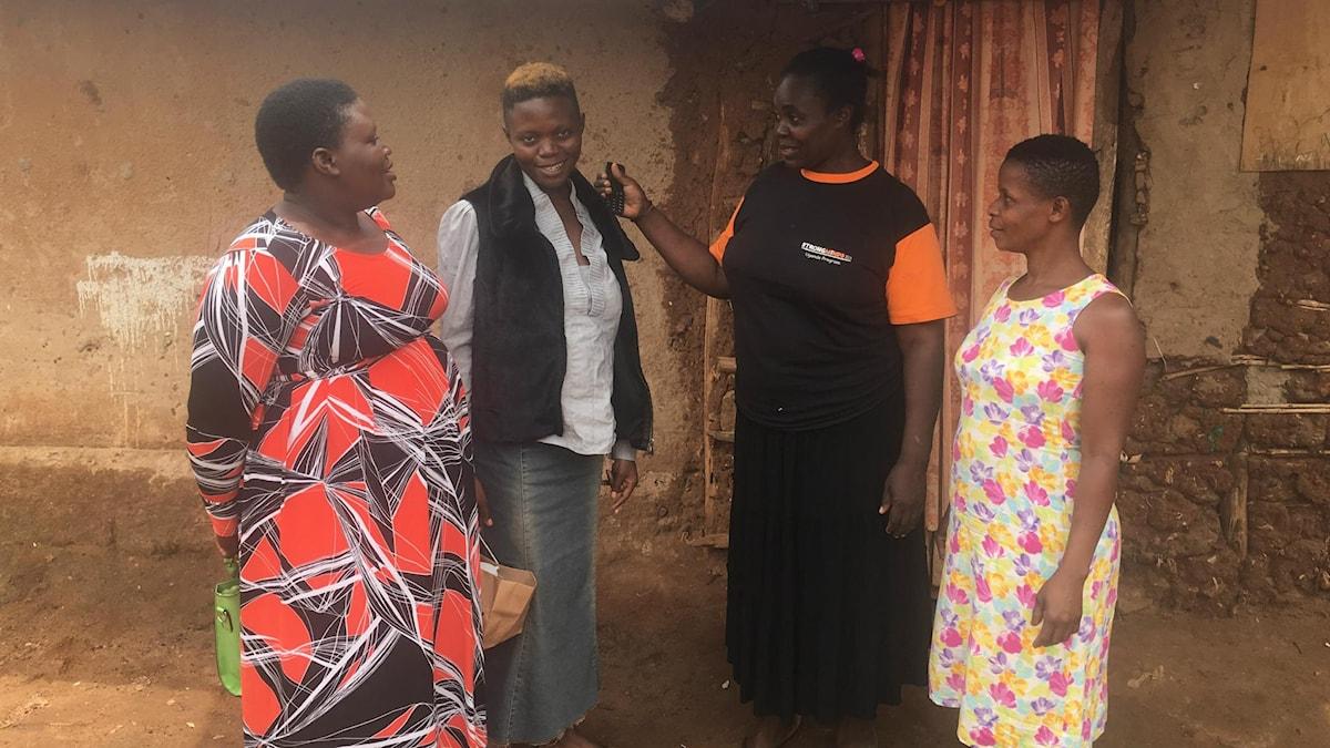 Fatuma Nankuma, Diana Nakitende, Madina Nanyanzi (samtalsledare) och Rachel Naiga träffas en gång i veckan i en av Kampalas kåkstäder med 8 andra kvinnor för gruppterapi mot depression.