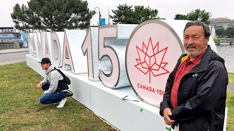 Adrian Goldberg framför Canada 150-skylten i Montreals gamla hamn.