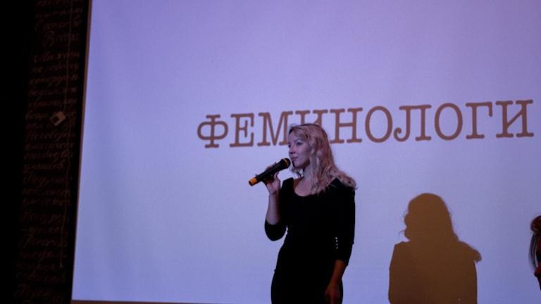Initiativtagaren Katja Fjodorova presenterar kvällens första feminolog.