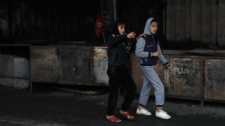 Två tonårspojkar på Gazaremsan