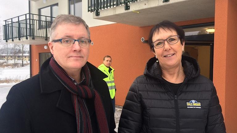 Håkan Laack och Ann-Katrin Järåsen framför nytt hyreshus i Torsby. Foto: Laila Carlsson/Sveriges Radio.