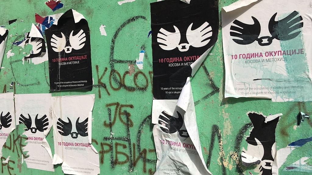 """""""Tio år av ockupation"""" står det på affischer i norra Mitrovica. 2008 utropade sig Kosovo självständigt från Serbien. Men det är ingenting som landets serbiska minoritet firar."""