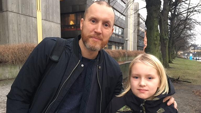 Magnus Östh, här med sonen Arvid Östh, brukar oftast höra av sig till läraren när det gäller sonens läxor.