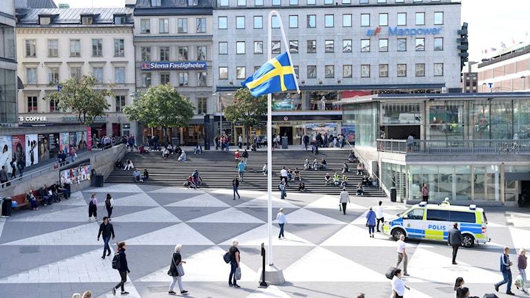 Kulturhuset Stadsteatern ställer ut konstnären Mattias Norströms omtalade konstverk Du gamla, du fria på Sergels torg. Konstverket föreställer en slokande flaggstång med den svenska flagga hängande upp och ner.