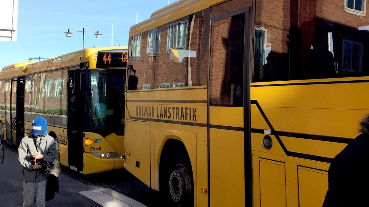 Bussar på kö vid busshållplats, märkta Kalmar länstrafik.