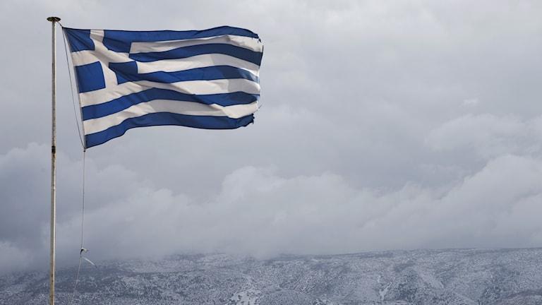 Grekisk flagga i en hamn.